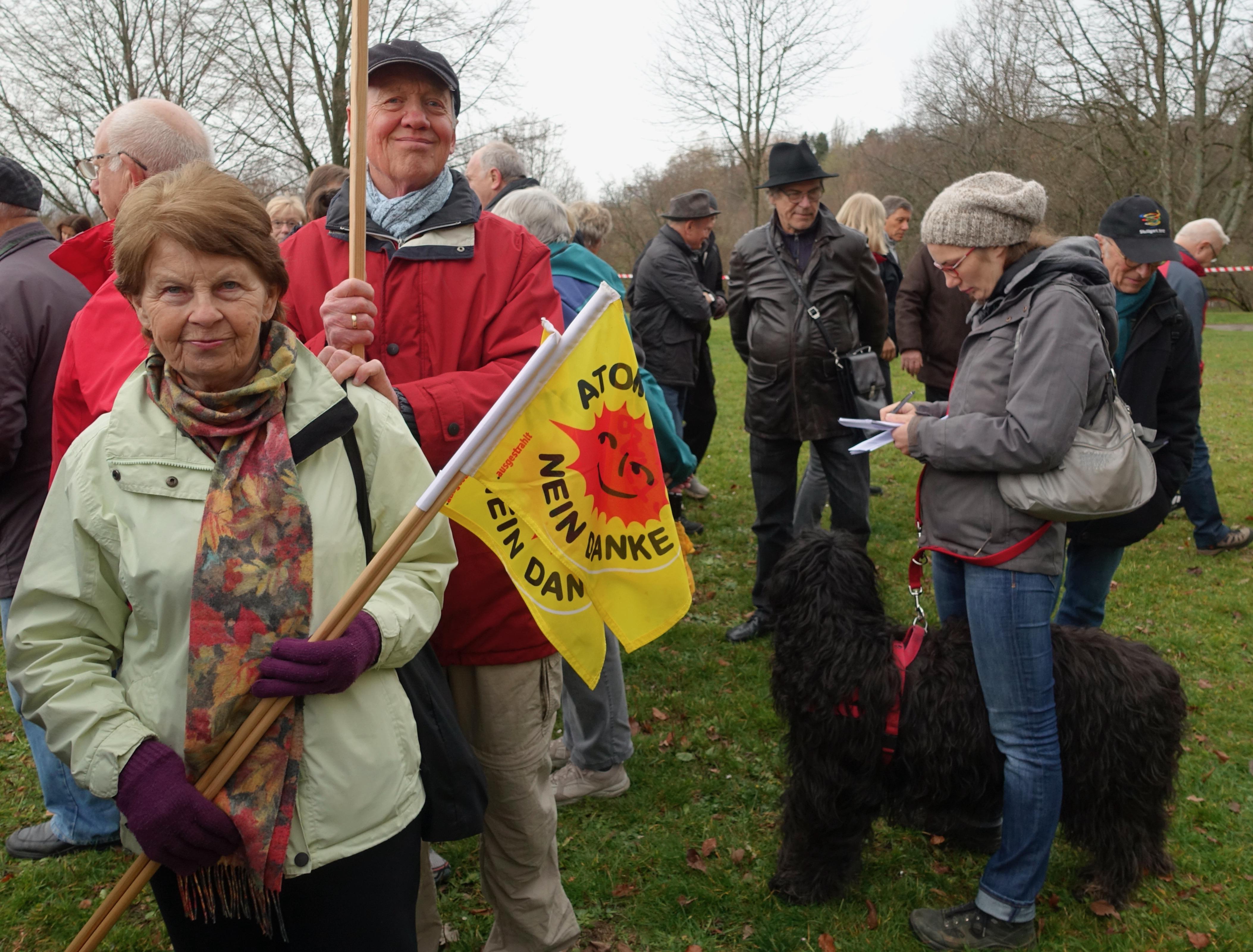 Vertreter der Bürger-Energie-Genossenschaft mit einer Pressevertreterin und ihrem Hund