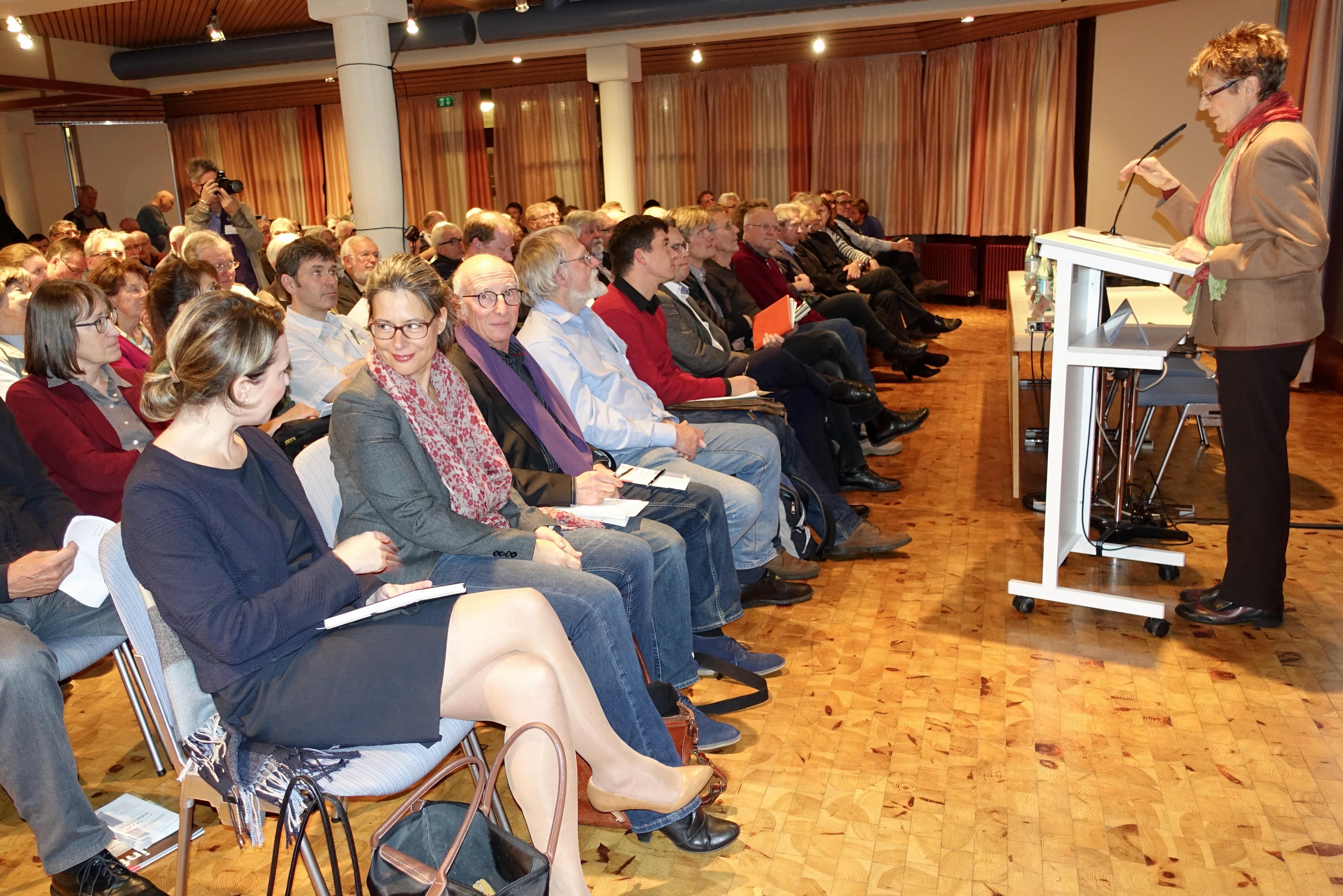 Hanne Barth vom Solarverein Rems-Murr begrüßt die gut besuchte Veranstaltung.