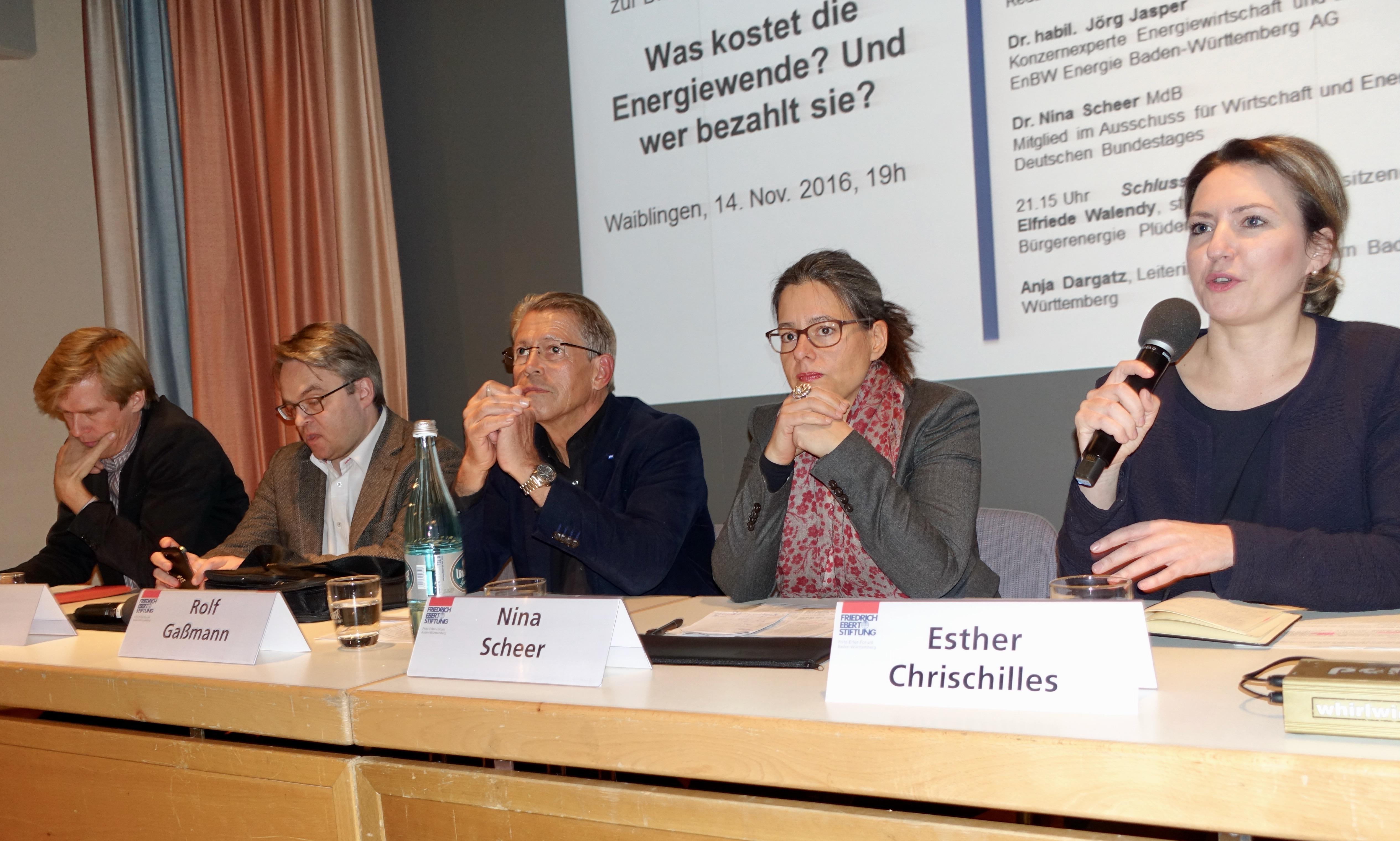 Podiumsteilnehmer v.l.n.r. Malte Kreutzfeldt (taz), Dr. habil. Jörg Jasper (EnBW), Rolf Gaßmann (Moderator), Dr. Nina Scheer (MdB) und Esther Chrischilles (Instiitut der dt. Wirtscha´ft)