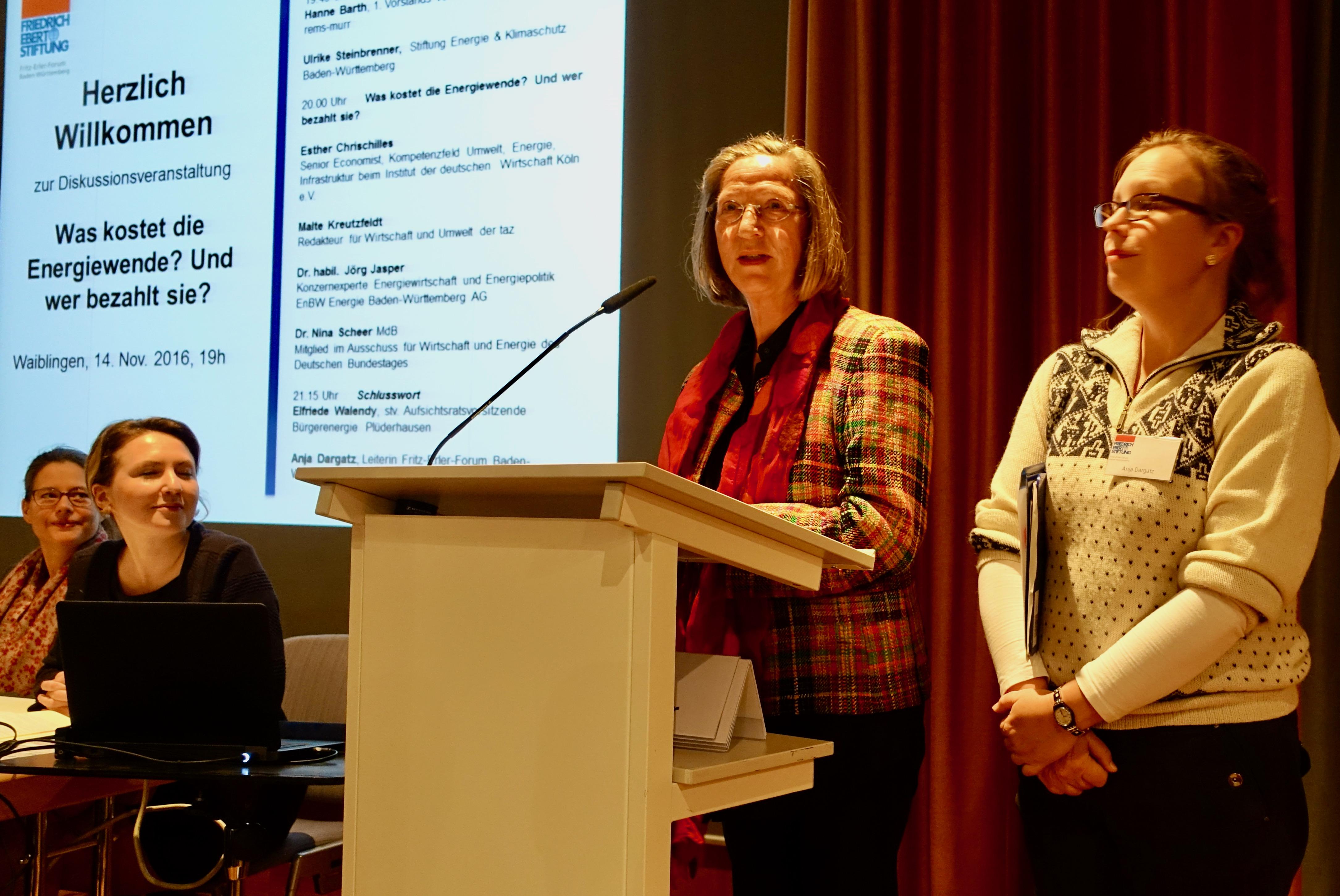 Elfriede Walendy eröffnet gemeinsam mit Anja Dargatz von der Friedrich-Ebert-Stiftung die Podiumsdiskussion