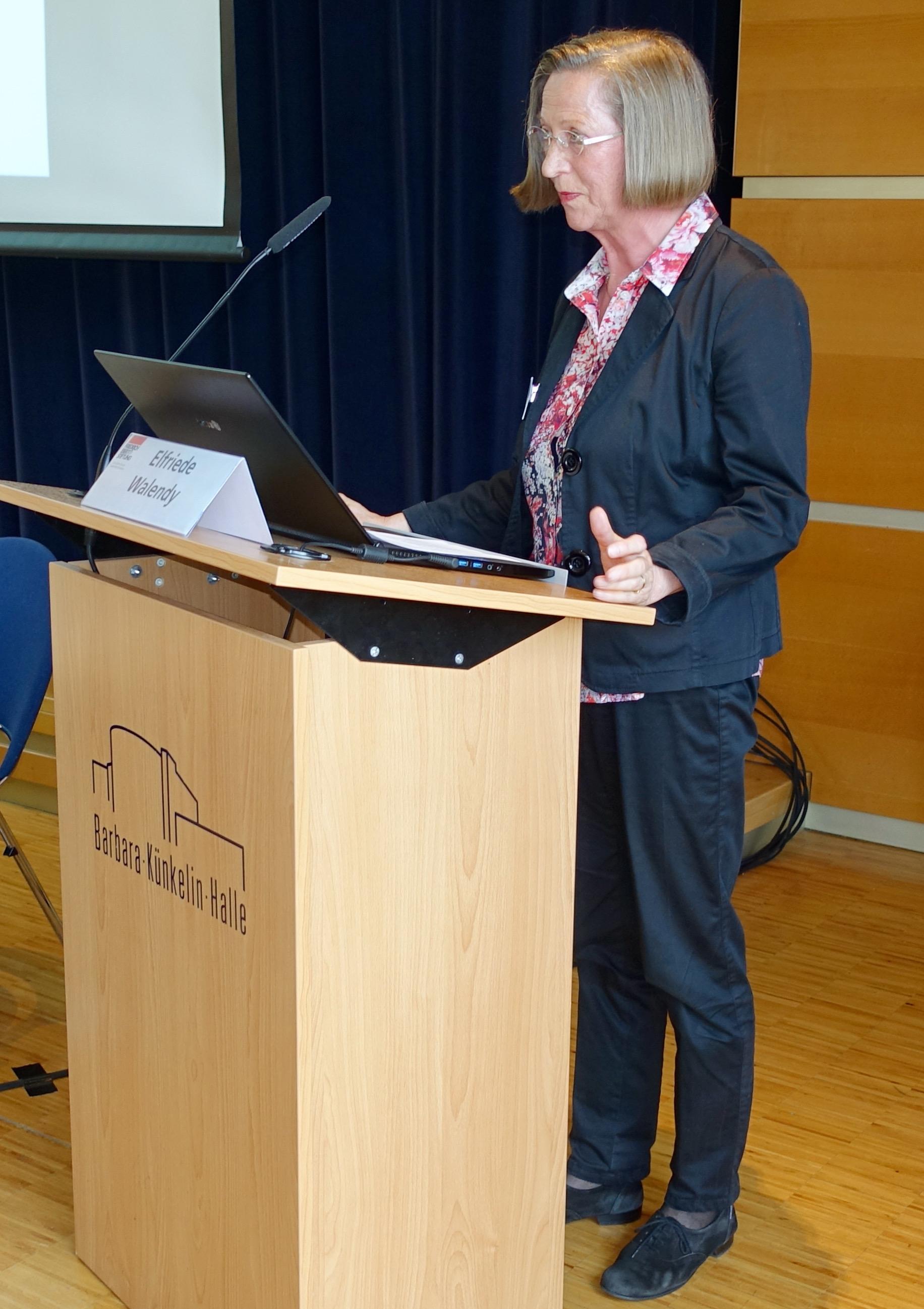 Aufsichtsrätin Elfriede Walendy begrüßt die Besucher der Fachtagung