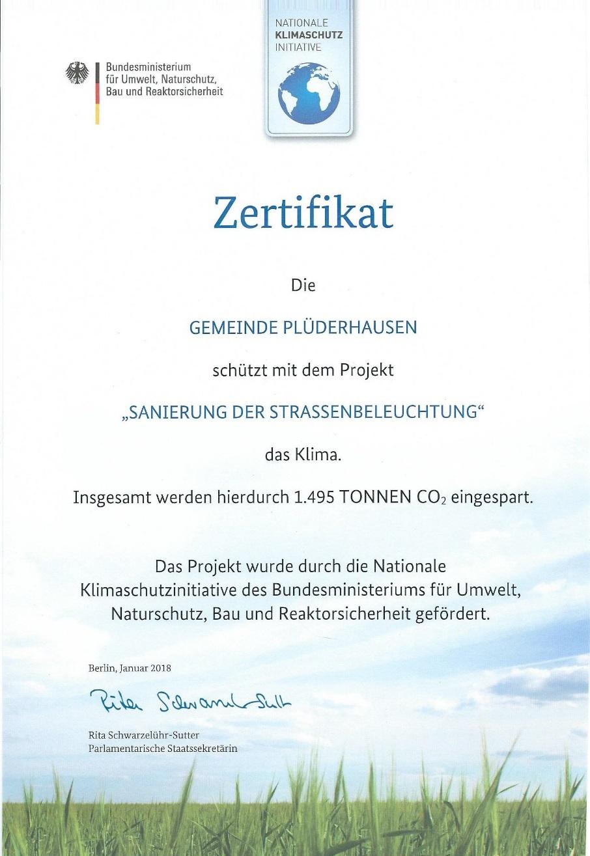 Ein Zertifikat ausgestellt vom Bundesministerium für Umwelt an die Gemeinde Plüderhausen für die Einsparung von CO 2.