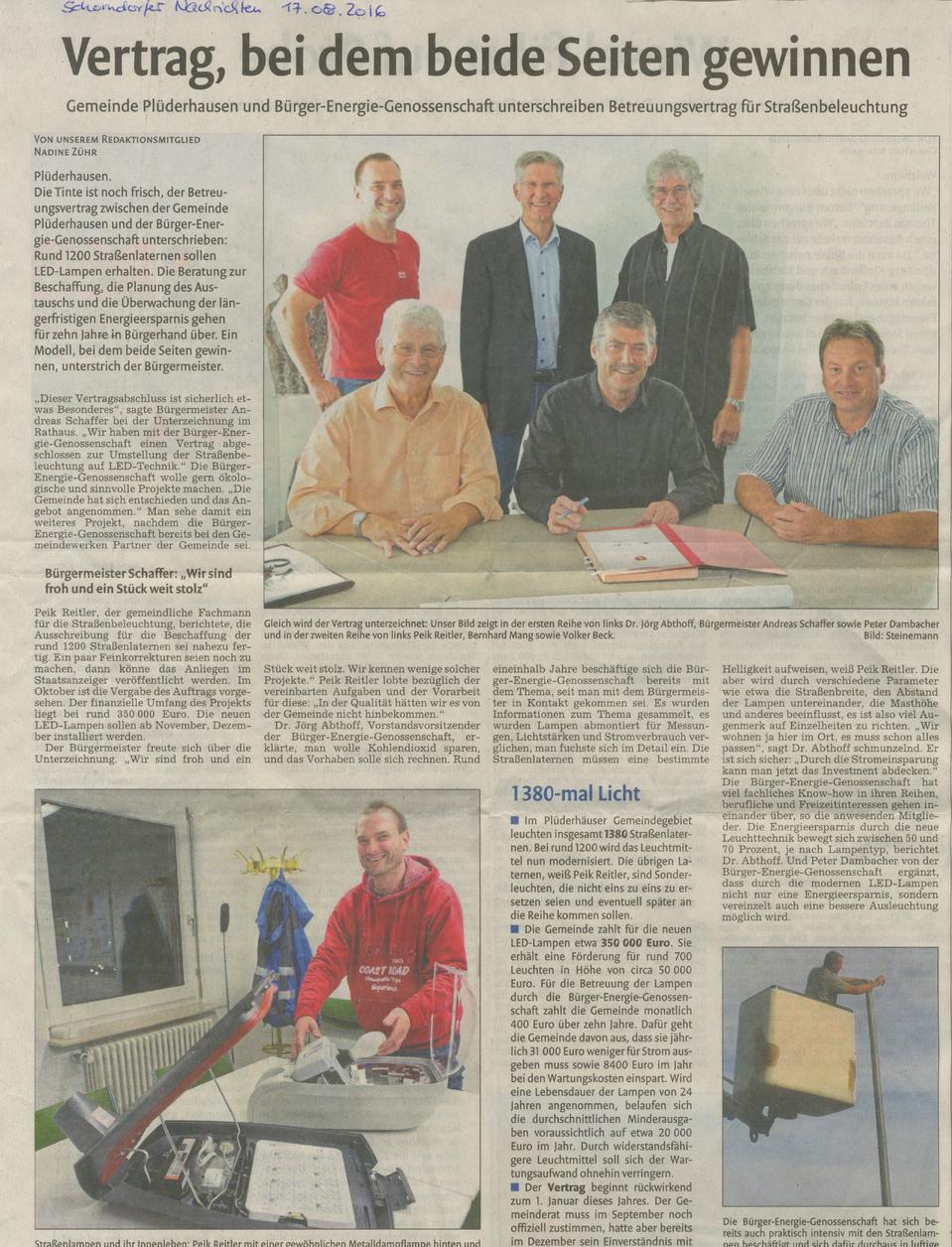 Eine Zeitungsseite der Schorndorfer Nachrichten vom 17.08.2016 über die Unterzeichnung des Betreuungsvertrags zwischen der Energiegenossenschaft und der Gemeinde, mit Fotos.