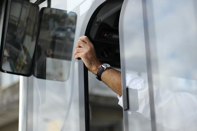 Busfahrer-vor-Reisebus