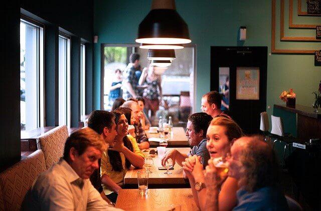 Arbeitskollegen-beim-essen-im-Reisebus
