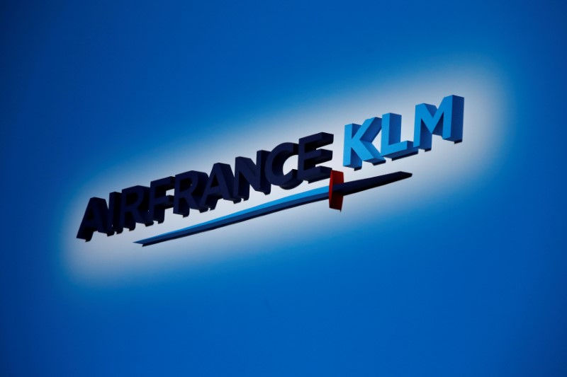 © Reuters. FILE PHOTO: The Air France-KLM company logo is seen at the annual shareholder meeting in the La Defense business district in Puteaux