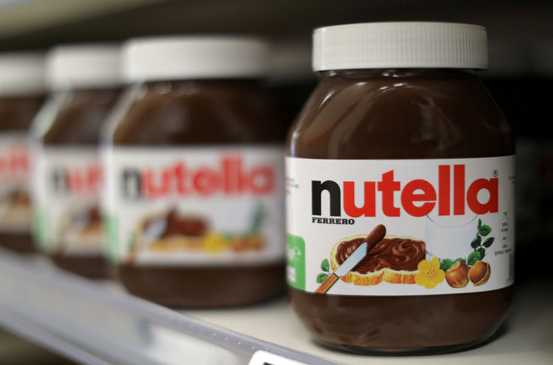 © Reuters. FILE PHOTO: Jars of Nutella chocolate-hazelnut paste are displayed in a Casino supermarket in Nice