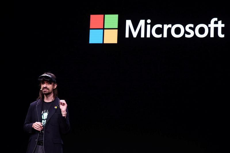 © Reuters. Microsoft's Alex Kipman, the man responsible for the HoloLens augmented reality device, presents the HoloLens 2 ahead of the Mobile World Congress in Barcelona