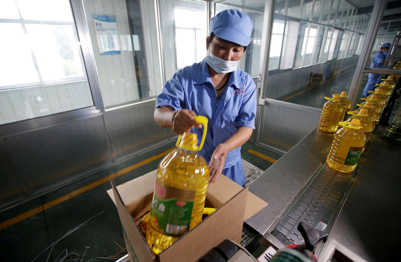 © Reuters. FILE PHOTO: A worker packs bottles of soybean oil made from imported U.S. soybeans at the plant of Liangyou Industry and Trade Co., Ltd in Qufu