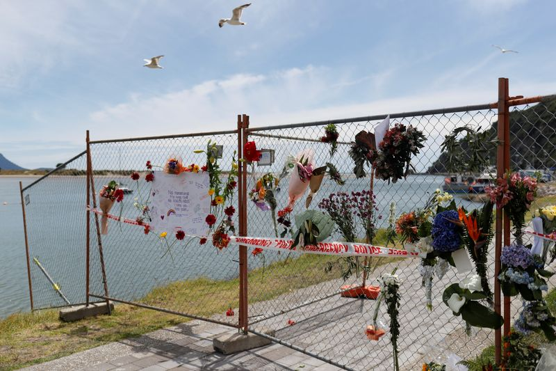 © Reuters. A memorial is seen at the harbour in Whakatane, following the White Island volcano eruption in New Zealand