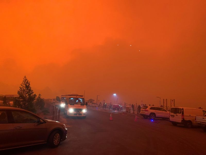 © Reuters. The sky glows red as bushfires continue to rage in Mallacoota, Victoria, Australia