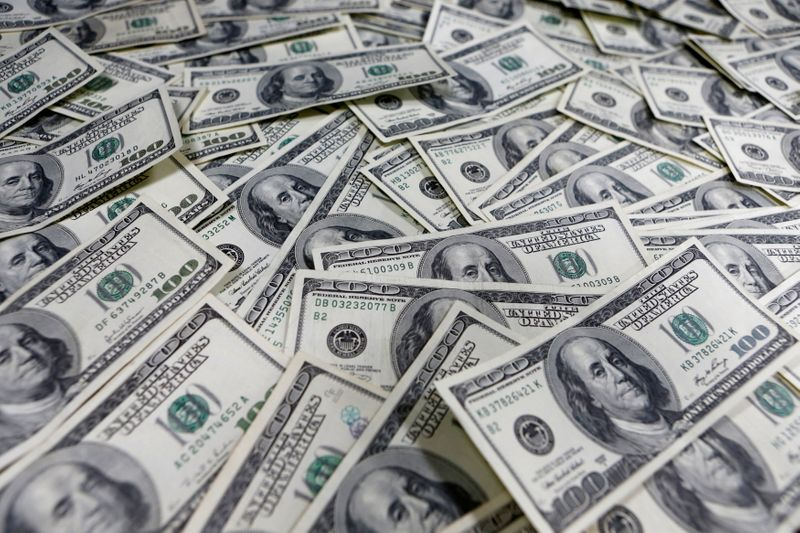© Reuters. FILE PHOTO: Photo illustration of one hundred dollar notes in Seoul