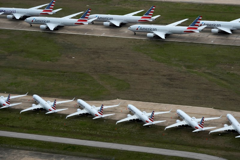 © Reuters. FILE PHOTO: American Airlines passenger planes crowd a runway in Tulsa