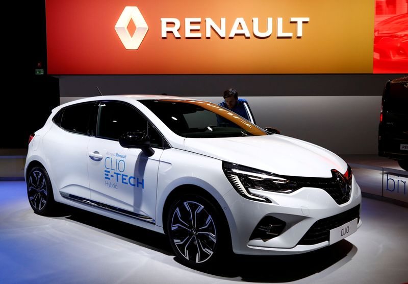 © Reuters. FILE PHOTO: A Renault Clio E-Tech Hybrid car at the Brussels Motor Show