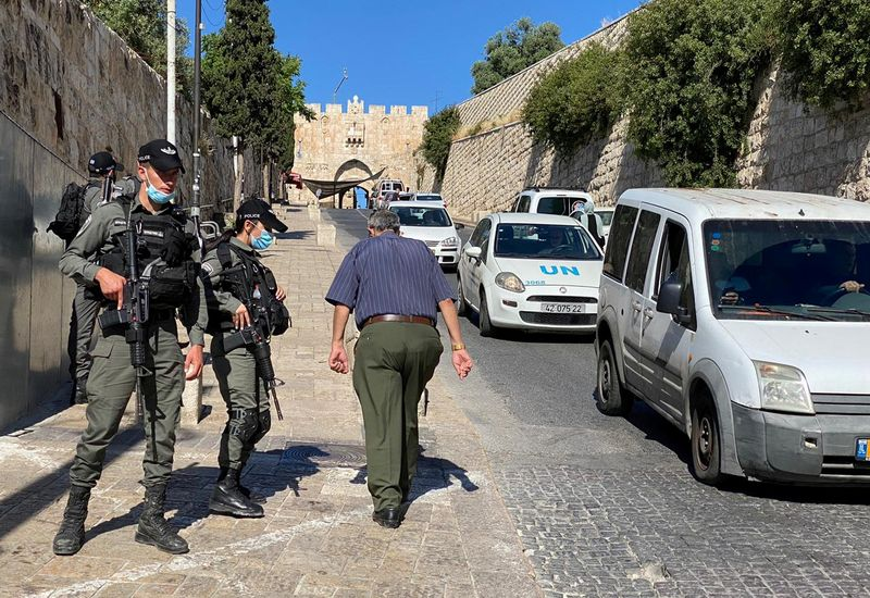 © Reuters. Israeli border police secure the area outside Jerusalem's Old City where officers fatally shot a man they believed was armed