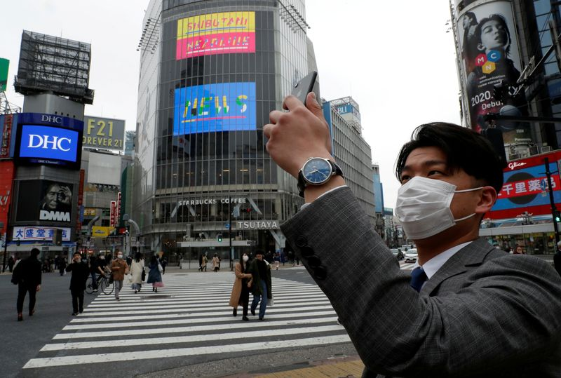 © Reuters. FILE PHOTO: The Wider Image: High noon in a coronavirus-stricken world