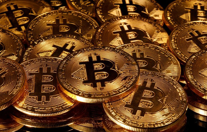 © Reuters. FILE PHOTO: Representations of virtual currency Bitcoin are seen in this picture illustration taken