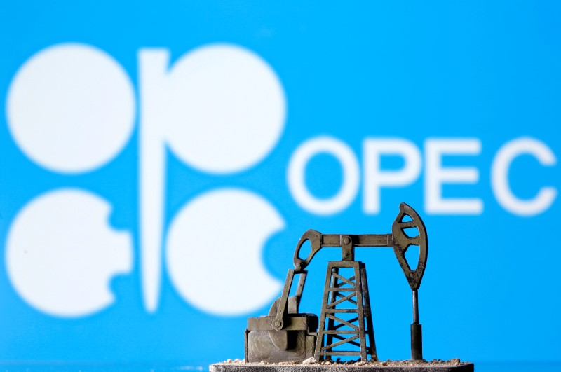 © Reuters. FILE PHOTO: A 3D printed oil pump jack in front of the OPEC logo in this illustration picture