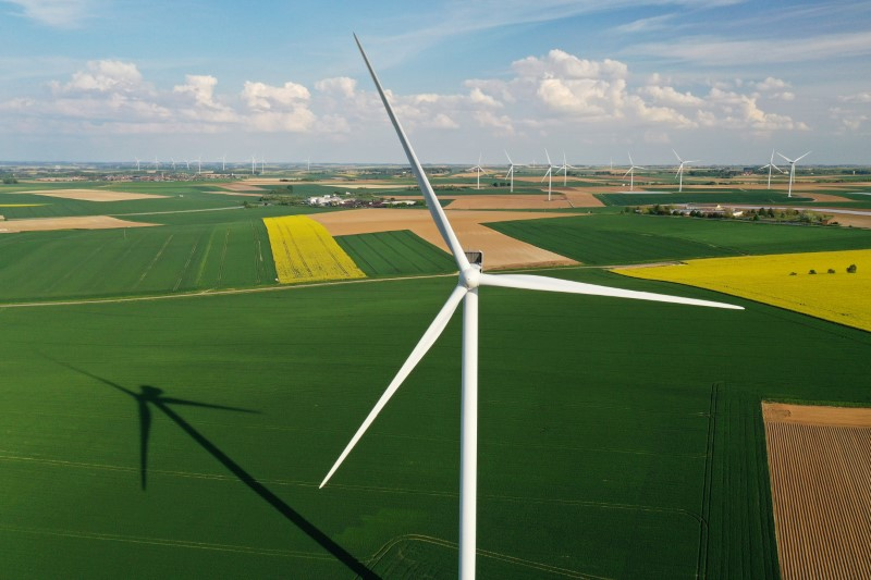 © Reuters. FILE PHOTO: An aerial view shows power-generating windmill turbines in a wind farm in Graincourt-les-Havrincourt