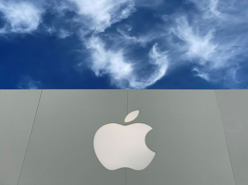 © Reuters. The Apple logo is shown atop an Apple store at a shopping mall in La Jolla, California