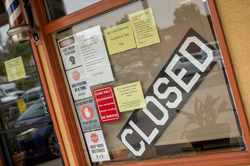 © Reuters. A closed barber shop is shown during the outbreak of the coronavirus disease in California