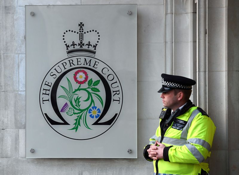 © Reuters. FILE PHOTO: A policeman stands outside the Supreme Court to hear the decision whether Theresa May's government requires parliamentary approval to start the process of leaving the EU