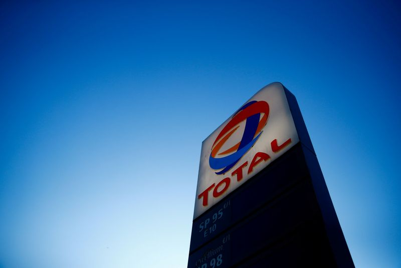 © Reuters. FILE PHOTO: The logo of French oil and gas company Total is seen in a petrol station in Paris