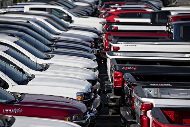 © Bloomberg. General Motors Co. Chevrolet Silverado trucks are displayed at a car dealership in Tinley Park, Illinois.