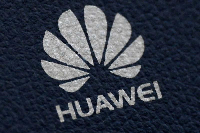 © Reuters. FILE PHOTO: The Huawei logo is seen on a communications device in London, Britain