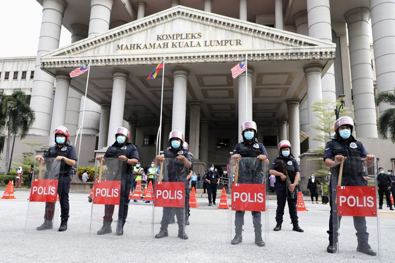 © Reuters. Police officers stand guard outside Kuala Lumpur High Court in Kuala Lumpur