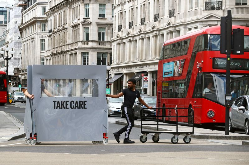 © Reuters. FILE PHOTO: Oxford Street in London's West End during the COVID-19 outbreak, Britain
