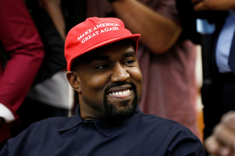 © Reuters. Rapper Kanye West attends a meeting with U.S. President Trump at the White House in Washington