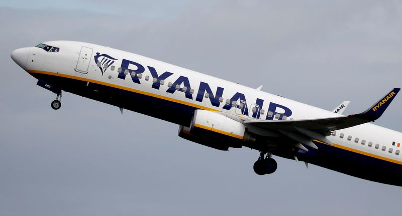 © Reuters. FILE PHOTO: FILE PHOTO: A Ryanair plane takes off from Manchester Airport as the spread of the coronavirus disease (COVID-19) continues in Manchester
