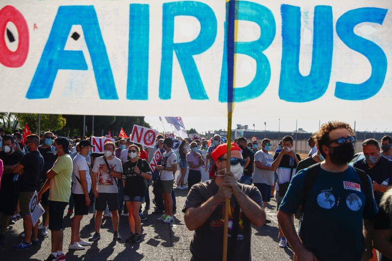 © Reuters. Airbus employees protest against expected job cuts in Getafe