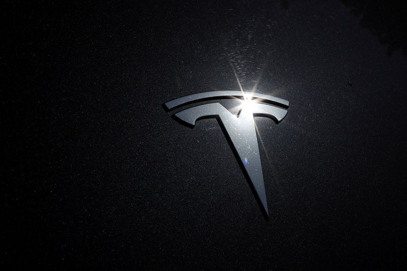 © Reuters. The Tesla logo is seen on a car in Los Angeles