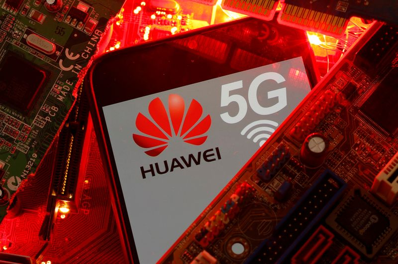 © Reuters. FILE PHOTO: A smartphone with the Huawei and 5G network logo is seen on a PC motherboard in this illustration