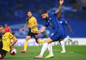 :Olivier Giroud of Chelsea scores his team's first goal.