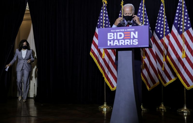 © Reuters. Democratic presidential candidate Biden and vice presidential candidate Harris discuss coronavirus response at campaign event in Wilmington, Delaware