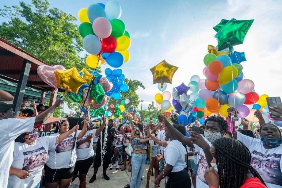 """Antonio """"A-Tone"""" Wilson's family, left, leads the balloon release at the remembrance celebration. Family and friends came out to Charlton Pollard Park on Sunday evening to remember Wilson who was fatally shot at an apartment complex on Thursday. Photo made on August 9, 2020.  Fran Ruchalski/The Enterprise Photo: Fran Ruchalski, The Enterprise / The Enterprise / © 2020 The Beaumont Enterprise"""