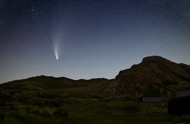 The Neowise comet displaying the two tails of ice and gas over Cregennan Lake in North Wales (Credits: Jamie Cooper / SWNS.com)