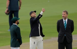 Joe Root tosses the coin, Pakistan win and will bat first.