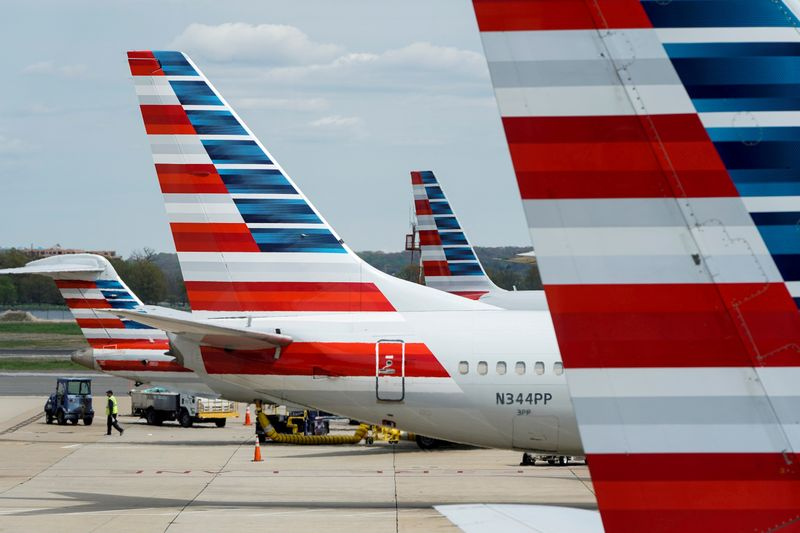 © Reuters. FILE PHOTO: FILE PHOTO: American Airlines planes are parked at the gate during the coronavirus disease (COVID-19) outbreak  in Washington