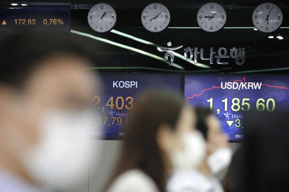Masked currency traders work near screens showing the Korea Composite Stock Price Index (KOSPI), left, and the foreign exchange rate between U.S. dollar and South Korean won at the foreign exchange dealing room in Seoul, South Korea on Sept. 10, 2020. Asian shares rose Monday, Sept. 14, 2020 despite the rollercoast ride that closed Wall Street last week, as traders awaited cues from the U.S. central bank expected later in the week. Photo: Lee Jin-man, AP / Copyright 2020 The Associated Press. All rights reserved