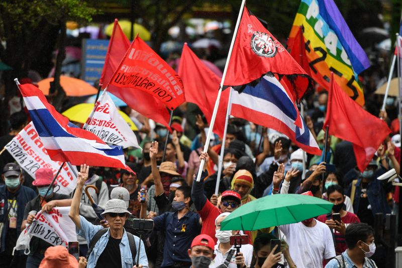 © Reuters. Pro-democracy protesters attend a mass rally, in Bangkok