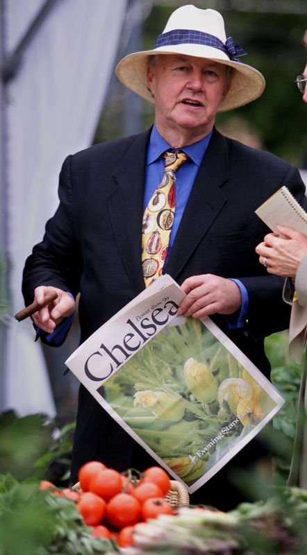 © Reuters. FILE PHOTO: Terence Conran smokes a cigar at the chelsea flower show