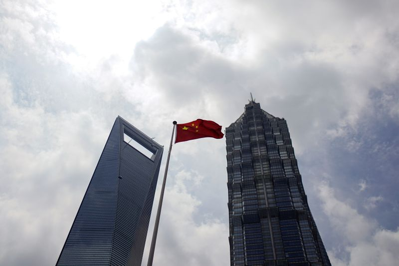 © Reuters. A Chinese flag is pictured at Lujiazui financial district in Pudong, Shanghai