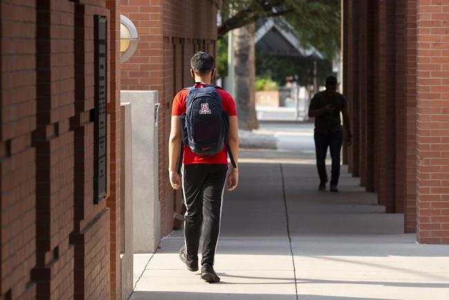 © Bloomberg. Students walk through the campus at the University of Arizona in Tucson, Arizona, U.S., on Monday, Aug. 24, 2020. Arizona on Tuesday reported 859 new virus cases, a 0.4% increase to 199,273 that surpassed the prior seven-day average of 0.3%. Photographer: Cheney Orr/Bloomberg
