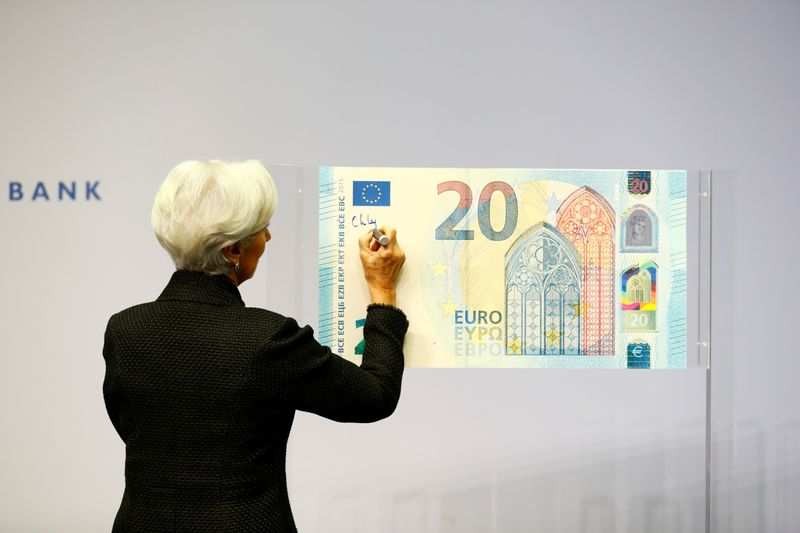 © Reuters. FILE PHOTO: European Central Bank (ECB) President Lagarde gives a signature for newly printed euro banknotes in Frankfurt