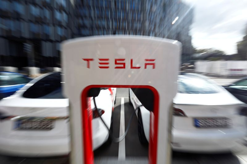 © Reuters. FILE PHOTO: Tesla managers demonstrate V3 superchargers on German research campus in Berlin