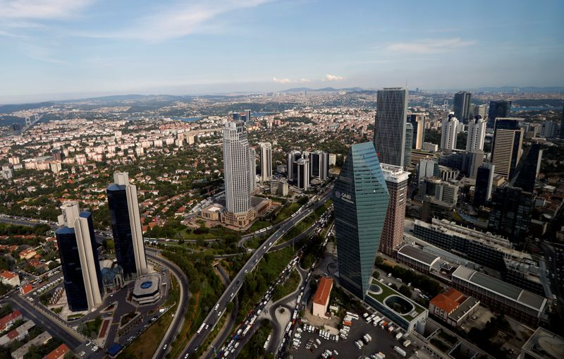 © Reuters. FILE PHOTO: Bussiness and financial district of Levent, which comprises banks' headquarters and popular shopping malls, is pictured in Istanbul